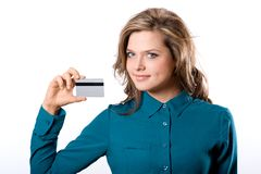 Bella ragazza sicura sorridente amichevole che mostra carta assegni nella h Fotografia Stock