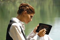 Bella ragazza snella con il computer portatile Fotografia Stock