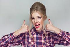 Bella ragazza soddisfatta con la camicia a quadretti rosa, raccolta su fotografie stock libere da diritti