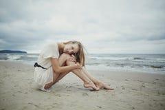 Bella ragazza sola sulla spiaggia immagini stock
