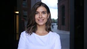 Bella ragazza sorridente che esamina macchina fotografica Immagini Stock Libere da Diritti