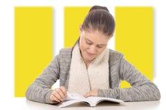 Bella ragazza sorridente che legge un libro Fotografia Stock Libera da Diritti