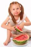 Bella ragazza sorridente che mangia anguria fotografie stock
