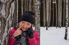 Bella ragazza sorridente che parla al telefono cellulare Immagine Stock Libera da Diritti