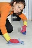 bella ragazza sorridente che pulisce la casa Immagine Stock