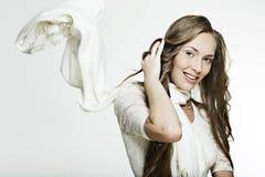 Bella ragazza sorridente con capelli meravigliosi lunghi fotografia stock libera da diritti