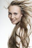 Bella ragazza sorridente con capelli meravigliosi lunghi fotografia stock