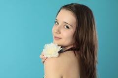 Bella ragazza sorridente con il fiore Fotografia Stock Libera da Diritti