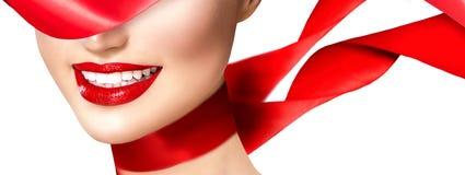 Bella ragazza sorridente con la sciarpa di seta rossa Immagini Stock Libere da Diritti