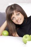 Bella ragazza sorridente con le mele verdi immagini stock libere da diritti