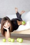 Bella ragazza sorridente con le mele verdi immagine stock