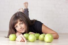 Bella ragazza sorridente con le mele verdi fotografia stock