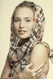 Bella ragazza sorridente con monili da portare Immagine Stock Libera da Diritti