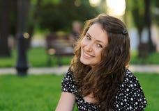 Bella ragazza sorridente in una sosta Fotografie Stock