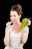 Bella ragazza sottile tenendo l'uva verde Immagini Stock Libere da Diritti