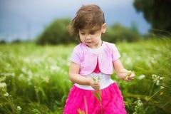 Bella ragazza spensierata che gioca all'aperto nel campo Immagine Stock