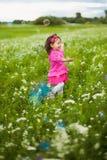 Bella ragazza spensierata che gioca all'aperto nel campo Immagini Stock Libere da Diritti