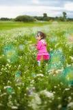 Bella ragazza spensierata che gioca all'aperto nel campo Fotografie Stock