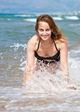 Bella ragazza in spuma dell'onda Fotografia Stock