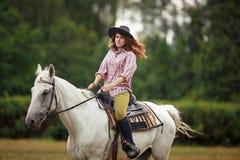 Bella ragazza su un paesaggio di horse Immagine Stock Libera da Diritti