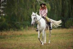 Bella ragazza su un paesaggio di horse Fotografia Stock