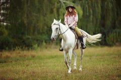 Bella ragazza su un paesaggio di horse Immagini Stock