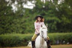 Bella ragazza su un paesaggio di horse Fotografie Stock