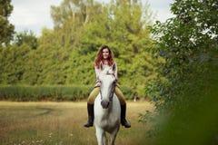 Bella ragazza su un paesaggio di horse Fotografia Stock Libera da Diritti
