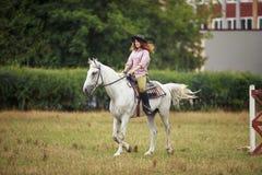Bella ragazza su un paesaggio di horse Immagini Stock Libere da Diritti