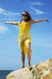 bella ragazza su una spiaggia   Fotografie Stock