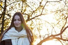 Bella ragazza sui precedenti della natura fotografia stock