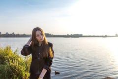 Bella ragazza sui precedenti della natura fotografia stock libera da diritti