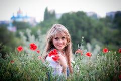 Bella ragazza sul campo con i papaveri Immagine Stock Libera da Diritti