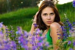 Bella ragazza sul campo verde Fotografia Stock Libera da Diritti