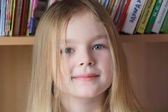 Bella ragazza sul fondo del libro Fotografia Stock Libera da Diritti