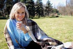 Bella ragazza sul picnic con la tazza a disposizione Immagine Stock Libera da Diritti