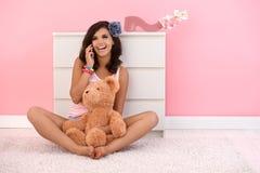 Bella ragazza sul sorridere mobile fotografia stock