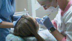Bella ragazza sull'esame dal dentista di medico stock footage
