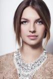 Bella ragazza sulla fine bianca del fondo su con l'accessorio elegante Fotografie Stock