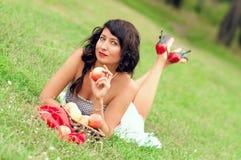 Bella ragazza sulla natura Fotografie Stock