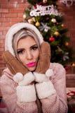 Bella ragazza sulla notte di Natale Fotografia Stock