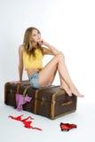Bella ragazza sulla valigia Fotografia Stock Libera da Diritti
