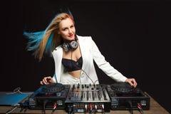 Bella ragazza sulle piattaforme - il partito del DJ della bionda fotografie stock libere da diritti