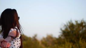 Bella ragazza sveglia europea allegra alla moda sorridente felice in blusa bianca e lungamente capelli ben curato lisci scuri stock footage