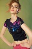 Bella ragazza teenager in camicia floreale Fotografie Stock Libere da Diritti