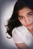 Bella ragazza teenager che osserva in su, espressione seria Fotografia Stock Libera da Diritti