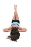 Bella ragazza teenager che pone sul pavimento in vestiti di allenamento Immagini Stock