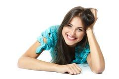 Bella ragazza teenager che si riposa e che sorride felice fotografia stock libera da diritti