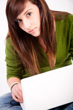Bella ragazza teenager con il computer portatile Immagini Stock