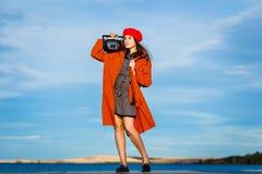 Bella ragazza teenager con il registratore fotografia stock